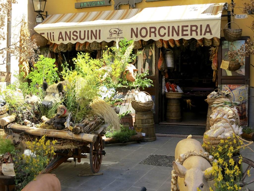 Norcian kunta sijaitsee Perugian maakunnan kaakkois-osassa, vajaan sadan kilometrin päässä Perugian kaupungista,( josta löytyy ihana Bettonan pieni kylä). Norcia on Umbrian ja yksi koko Italian tunnetuimpia kulinaristisia keskuksia.