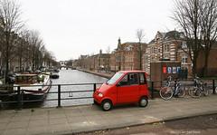 Klein rood autootje met vrij uitzicht