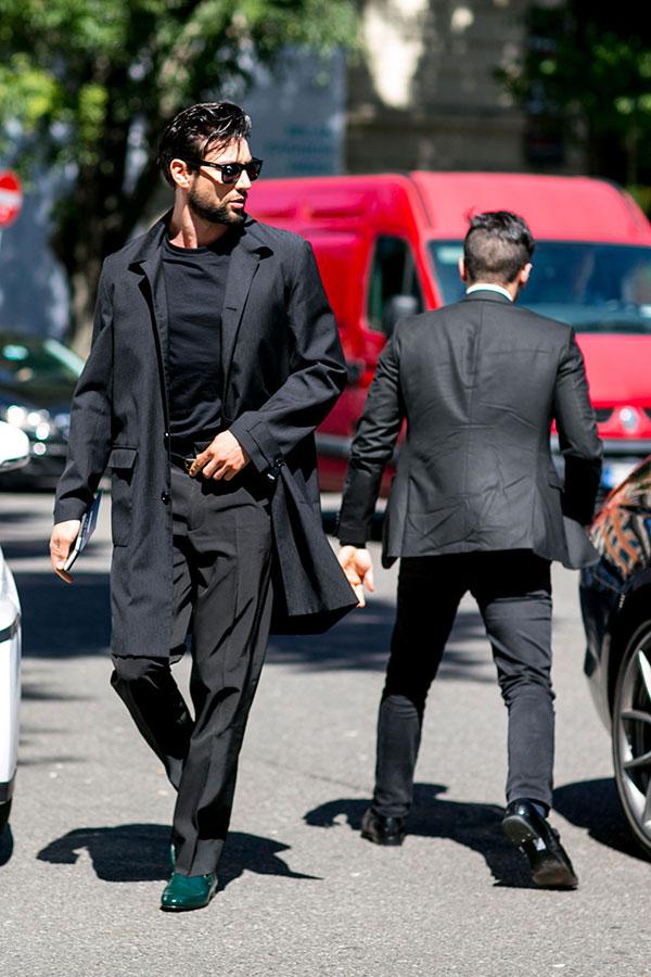 黒チェスターコート×黒無地Tシャツ×黒スラックス×グリーンドレスシューズ