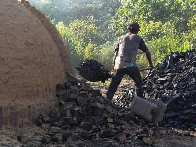 Trabalhador na fabricação de carvão, atividade recorrente na lista de trabalhos análogos à escravidão - Créditos: Reprodução