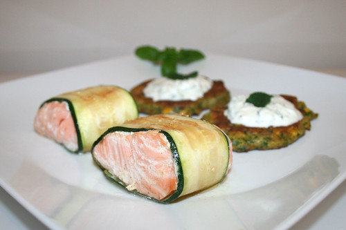 52 - Zucchini coated salmon with polenta corn pankcakes & mint tzatziki - Side view 1 / Lachs im Zucchinimantel mit Polenta-Mais-Talern & Minz-Tzatziki - Seitenansicht 1