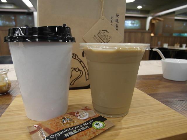 喝不完的飲料打包回家,我的是甜菜根國寶奶茶,無咖啡因;雅英喝耶加雪夫咖啡,濃郁芬芳@棉花田有機餐廳