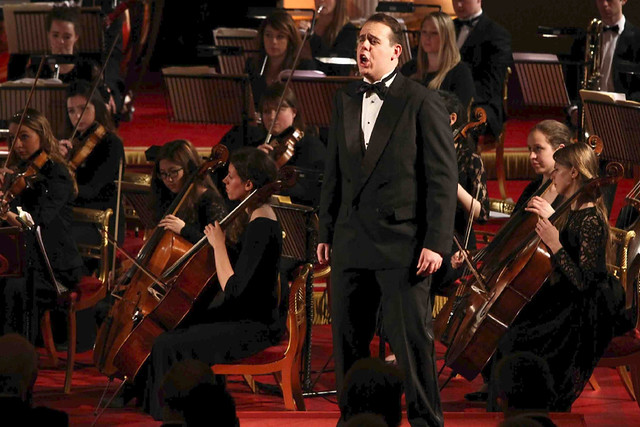 Samuel Sakker performing for Prince Charles at Buckingham Palace © SamSakker