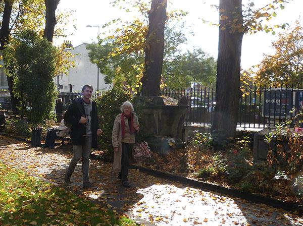 lala et clem dans saint luke's garden