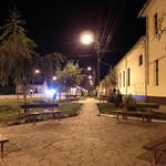 Am Abend auf der Hauptstrasse vor dem Kulturheim