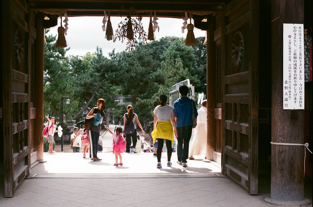 北野天滿宮 京都 Kyoto 2015/09/26 北野天滿宮,忘記那小朋友在指什麼。  Nikon FM2 Nikon AI Nikkor 50mm f/1.4S AGFA VISTAPlus ISO400 0952-0034 Photo by Toomore