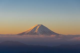 朝陽がさらにあたる富士山