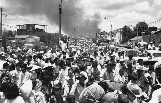 SAIGON 1968 - Tổng tấn công Tết Mậu Thân đợt 2 - Dân chúng lũ lượt qua cầu Chữ Y bỏ đi khỏi nơi đang diễn ra giao tranh ác liệt giữa VC và binh sĩ Nam VN.