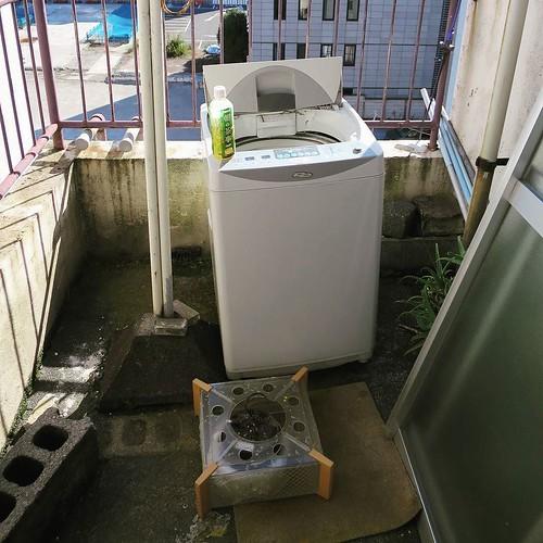 屋上に放置された洗濯機。