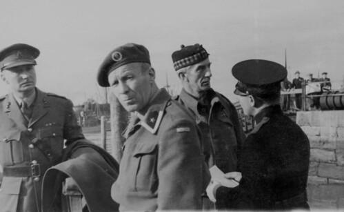 Politimester Erling Østerberg med allierte offiserer i Ravnkloa (1945)