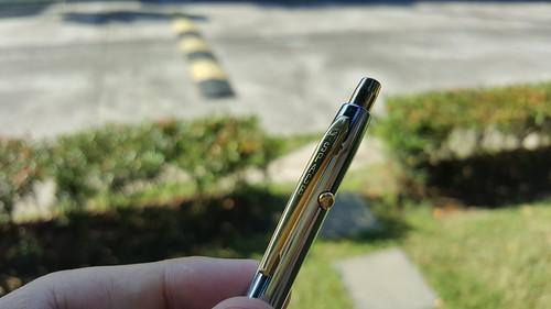 ปากกาแบบกด และมีปุ่มเก็บหัวปากกแบบนี้