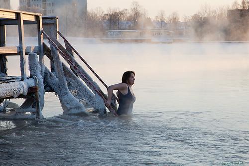Ilma -24 astetta mutta uimaan