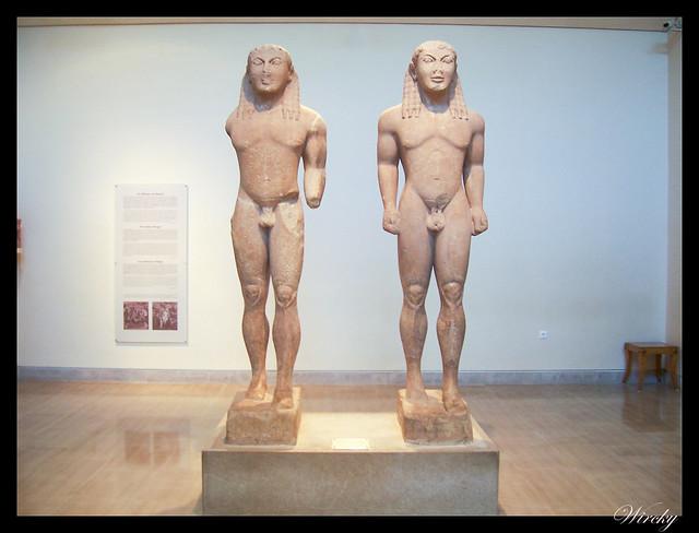 Grecia Olimpia Delfos - Par de idénticos kouroi de mármol