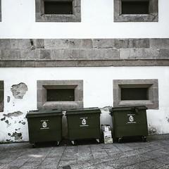 -¿Dónde vamos a apoyar los contenedores de basura? -Ahí, contra esa pared -¿Esto no es un edificio? -Sí, pero sólo es un museo. Y además de arte contemporáneo !- -¡Ah!¡vale¡¡siendo así...!-