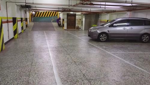 來台中逢甲不選日租而住宿鼎隆國際商旅的五個理由 (3)--停車場