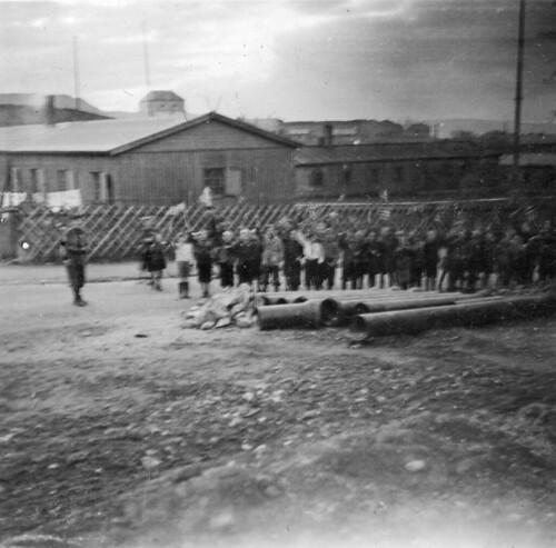 Barnetog utenfor en brakkeleir ved Kristiansten festning (1945)