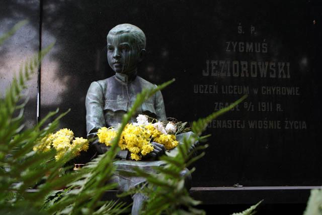 Cimetière de Powazki à Varsovie : Une statue en l'hommage d'un écolier de 11 printemps.