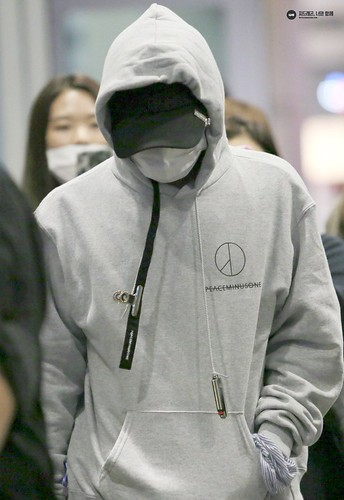 G-Dragon arrival Seoul 2016-10-28 from Hawaii (6)