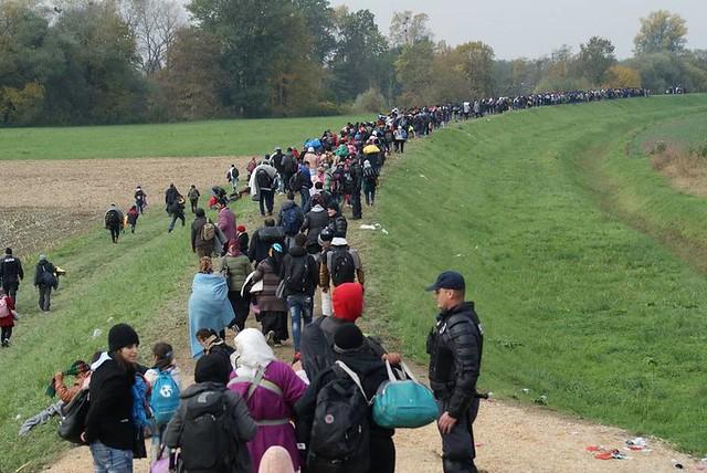 Refugiados sírios tentando entrar na Europa, em outubro de 2015 - Créditos: Wikipedia