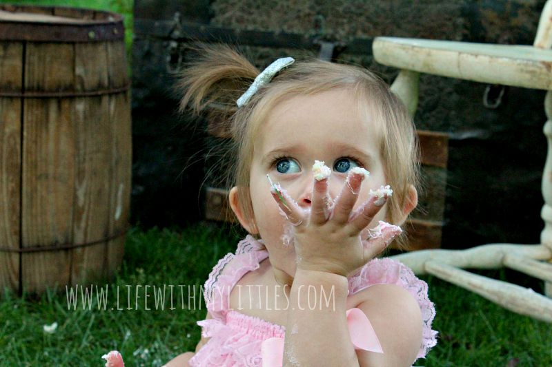 How to take your own cake smash photos and have it be a success! These cake smash tips are so helpful! And the pictures are adorable!