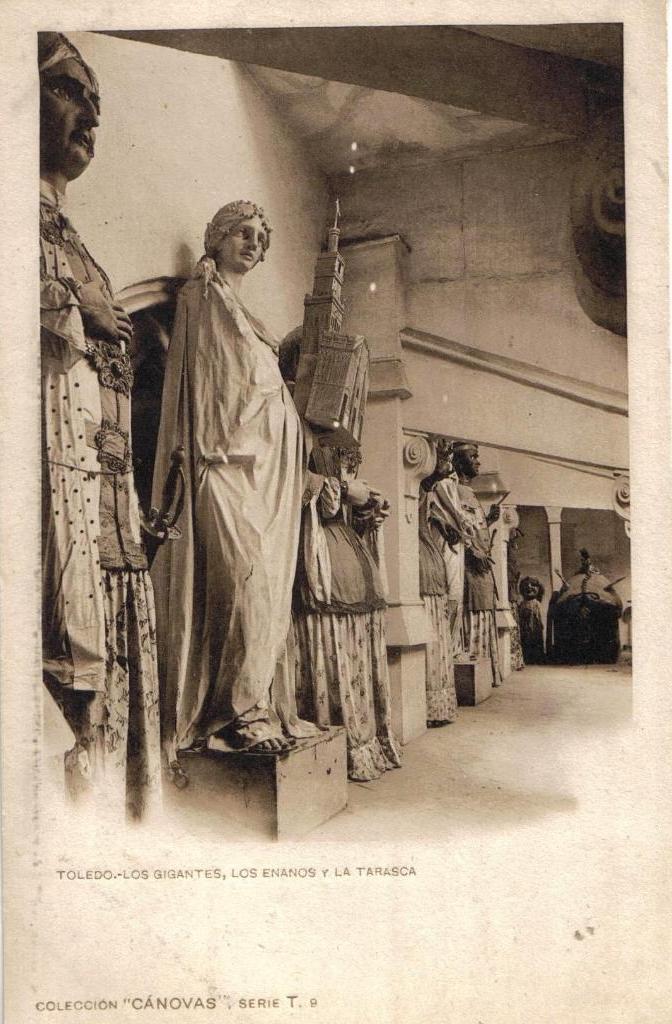 Los gigantones y la tarasca del Corpus de Toledo guardados en su cuarto de la catedral hacia 1900. Fotografía de Antonio Cánovas del Castillo, conocido como Dalton Kaulak