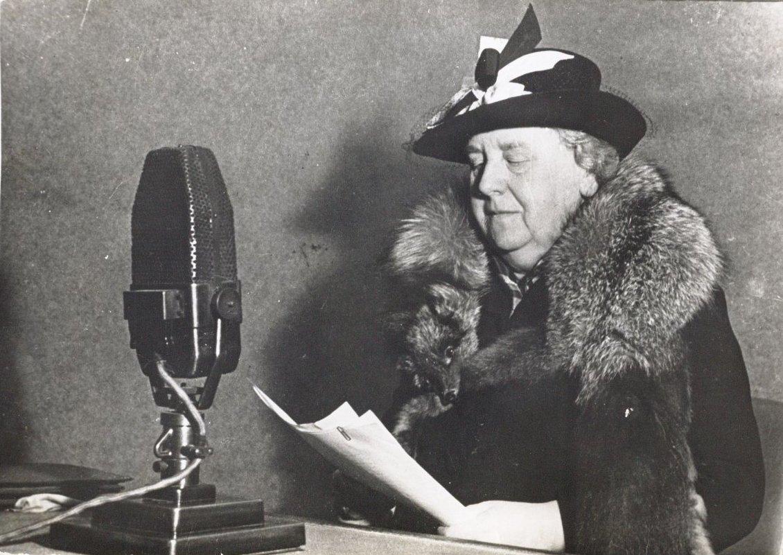 Queen Wilhelmina reading a speech for Radio Oranje in 1940