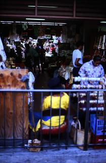 Image of Straw Market near Nassau. dia analogfilm scan 1980s slide 1980er diapositivfilm kleinbild kbfilm analog 35mm canoscan8800f 1988 contax137md bahamas nassau insel newprovidence amerika westindischeinseln karibik mittelamerika stadt strase bauwerk profanbau menschen leute strawmarket strohmarkt downtownnassau thebahamas nordamerika gebäude