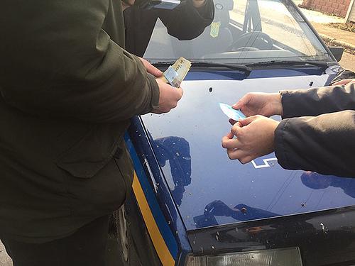 Поліцейський вимагав тисячу гривень за повернення посвідчення водія?