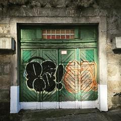 Un baño de #luz no viene mal de vez en cuando. #porton #puerta #madera #pintadas #grafiti #graffiti