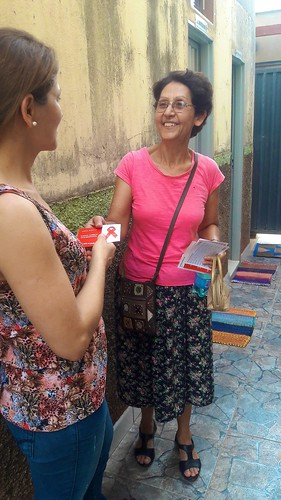 Elenice talking to a resident about the importance of being tested for HIV