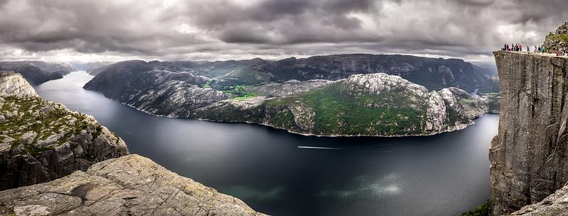 Vista panorámica del Lysefjord y de la roca del Preikestolen