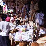 Image of Straw Market near Nassau. dia analogfilm scan 1980s slide 1980er diapositivfilm kleinbild kbfilm analog 35mm canoscan8800f 1988 contax137md bahamas nassau insel newprovidence amerika westindischeinseln karibik mittelamerika stadt strase bauwerk profanbau menschen leute strawmarket strohmarkt downtownnassau thebahamas nordamerika arbeit gebäude rüdigerstehn