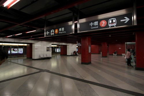 Lower level island platform at Lai King station