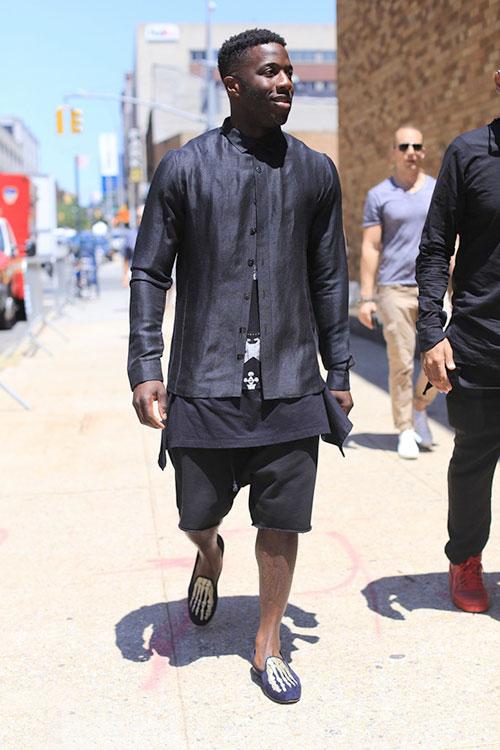 全身黒コーデ シャツ×Tシャツ×ハーフパンツ×骨プリントローファー