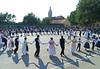 Festprogramm der Kultur- und Trachtengruppen auf dem Handballplatz in der Schule