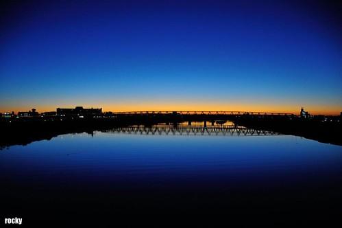 遅刻だ!超やばい!朝日が超キレイだ!写真撮らなきゃ! 千住新橋am5:58。会社集合am6:00。12/5伊豆大島へ出発の朝、エクストリーム出社(遅刻)。 #rinproject #touring #sunrise #自転車 #千住新橋 #朝日 #日の出 #エクストリーム出社