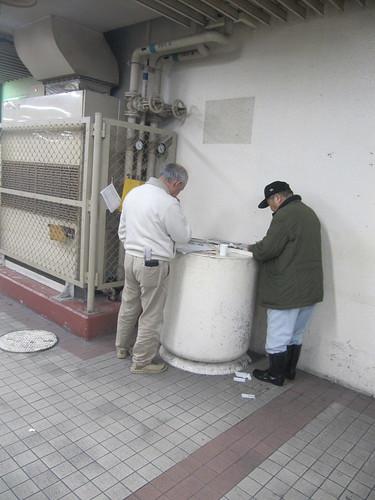 金沢競馬場の防火水槽で予想するオヤジたち
