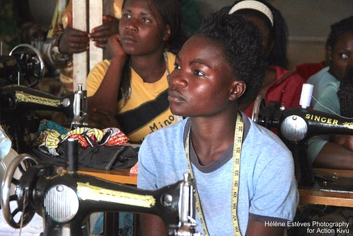 Action Kivu 2015 -24 sewing listening