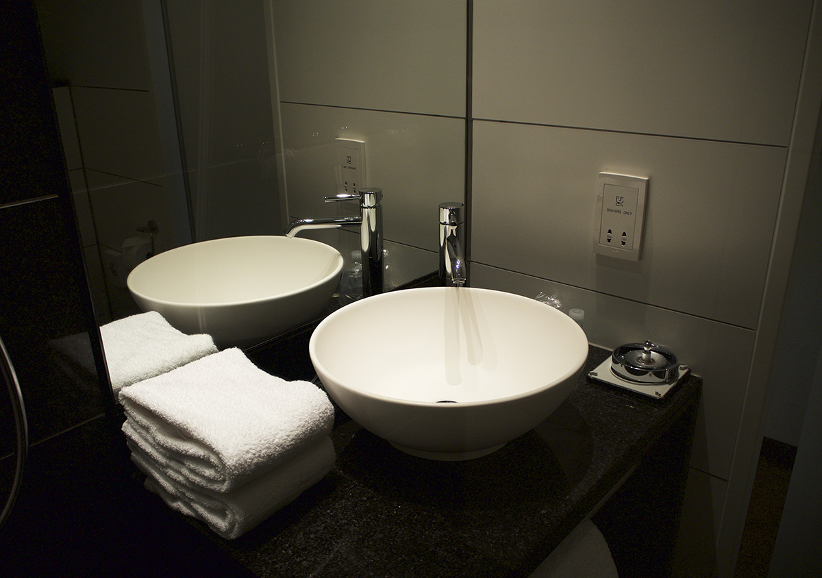 ensuite-bathroom-motel-one-manchester