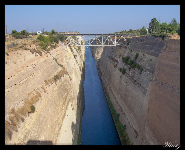 Canal de Corinto, un canal entre dos mares - Dos barcos entrando por el sur del Canal de Corinto