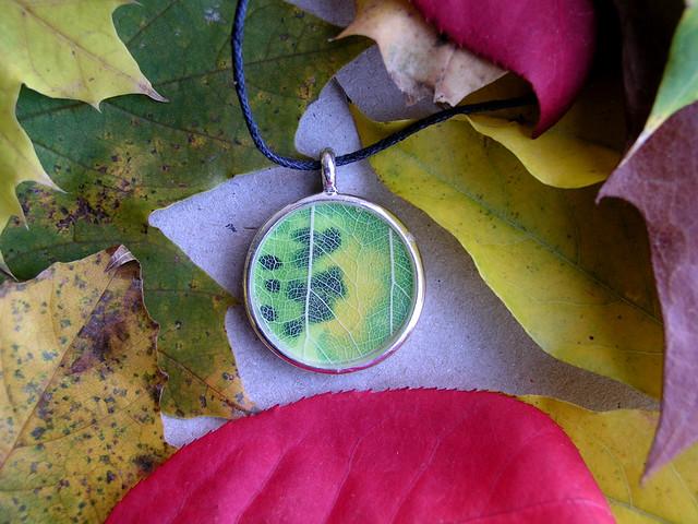 robayre green spots leaf pendant