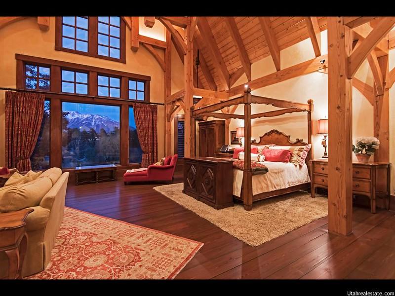 Большое окно с видом на горы в спальне