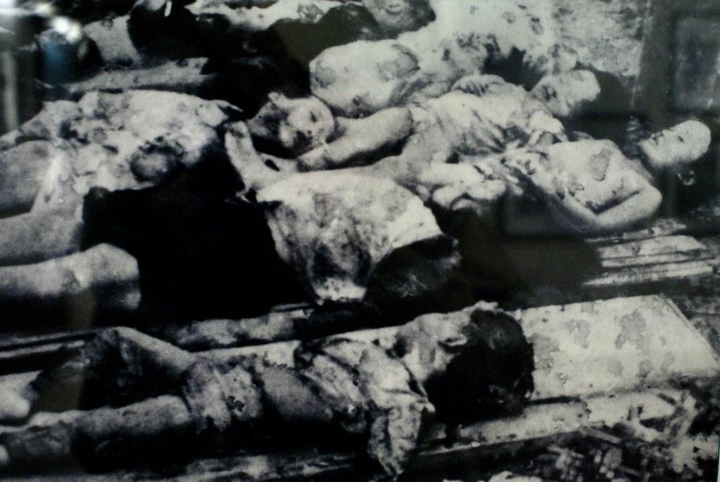 Cadavres d'enfants vietnamiens au musée de la révolution d'Hanoi.