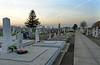 An Allerheiligen auf dem Sauerländer Friedhof. Zubetoniert sind meistens die Gräber von Verstorbenen, deren Angehörige Billed verlassen haben.