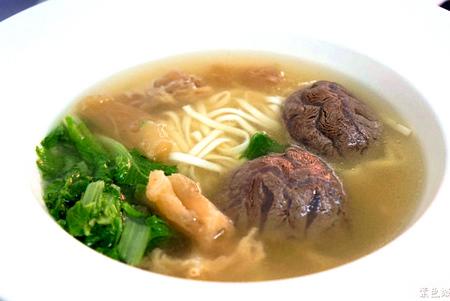 黃金牛 牛肉麵▋湯頭講究五行配五味,略帶薑味味道真迷人