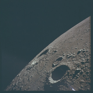 AS12-47-6876