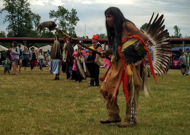Parmi les Indiens d'Amérique au pow wow de Wikwemikong