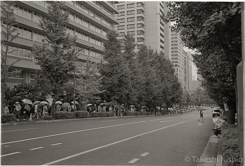 霞ヶ関駅から歩いてくる人々