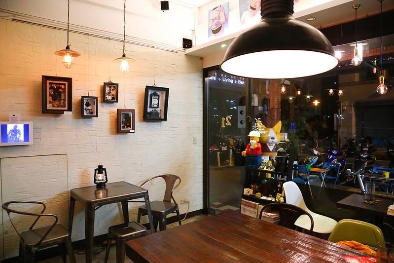 【台北咖啡館】21 Cafe & Living & Bar,西門町咖啡館(輕食、咖啡、酒),可愛的摩艾咖啡冰磚