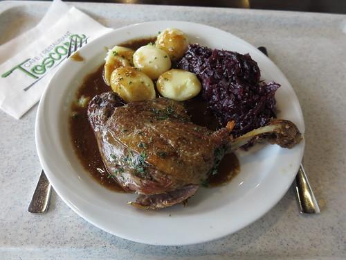 Gänsekeule Mit Rotkohl Und Salzkartoffeln Im Restaurant Toscana Im